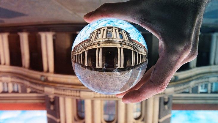 Kuppel des Hauptgebäudes durch eine Glaskugel