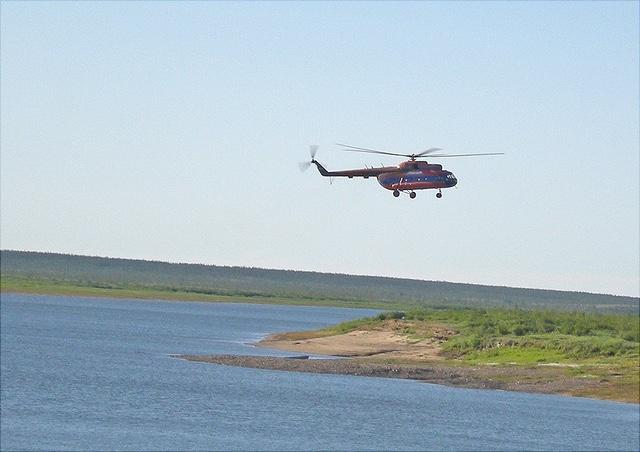 Hubschrauber fliegt kleine Insel an