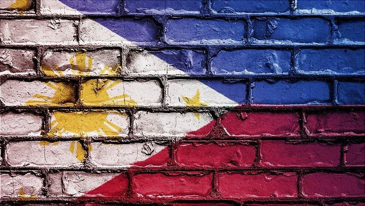 Philippinische Flagge auf Steinmauer