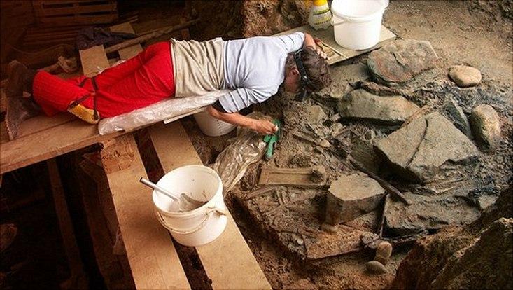 Das Grab während der Ausgrabung