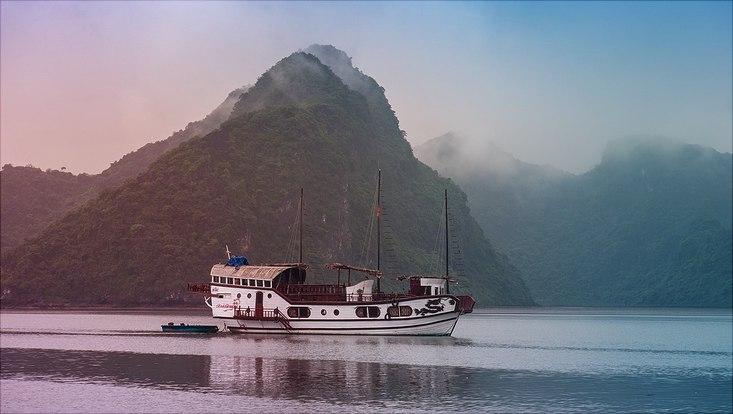 Boot auf Meer im Hintergrund Berge