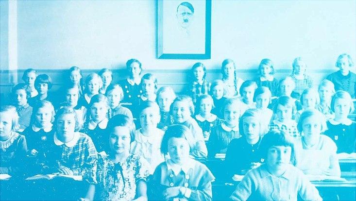 Kinder in einem Klassenzimmer während der NS-Zeit