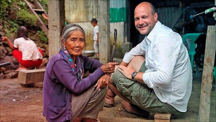 NDR Korrespondent Philipp Abresch mit einer alten Frau