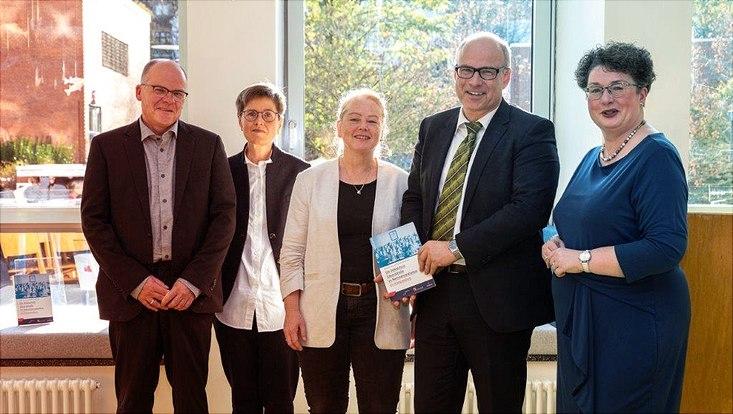 Buchvorstellung mit dem Schulsenator Ties Rabe am 30. Oktober, in der Grundschule Eduardstraße, von links nach rechts: Jörg Chmill-Völsch, Birthe Kundrus, Beate Hansen, Ties Rabe, Barbara Bamberger-Stemmann