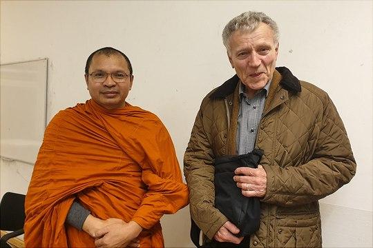 Ein Bild von Venerable Somboon und Herrn Prof. Schmithausen