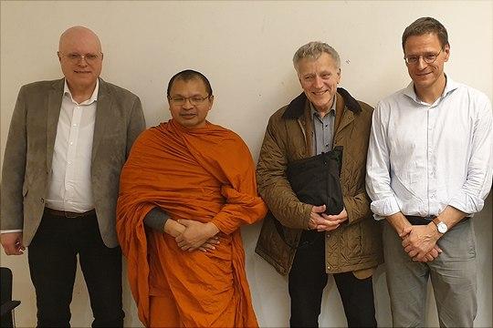 Vier nette Herren vor weißer Wand