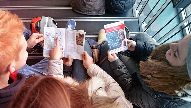 Studierende lesen im Erstsemester-Erste-Hilfe-Buch