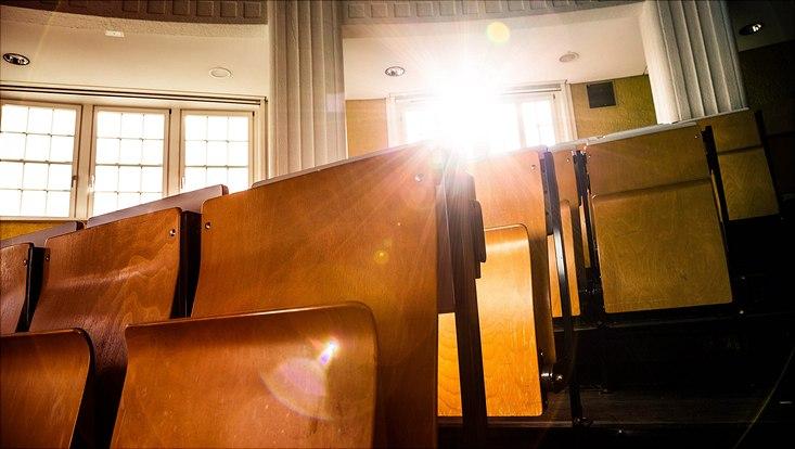 Sonnenstrahlen fallen durch das Fenster in einen Hörsaal