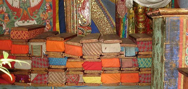 Bunte Bände der sGang-steng-A-Sammlung auf dem Altar in einem Saal des sGang-steng-Klosters