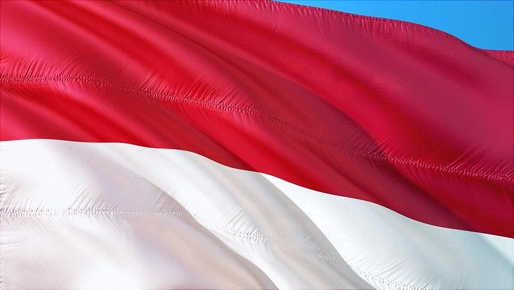 Indonesische Flagge vor blauem Himmel