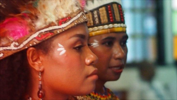 Papua Frauen mit bunten Federkronen