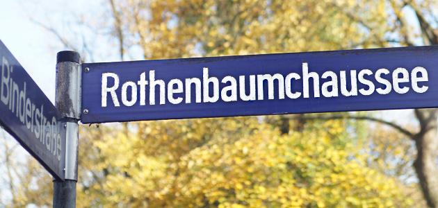 """Straßenschild mit der Aufschrift """"Rothenbaumchaussee"""""""