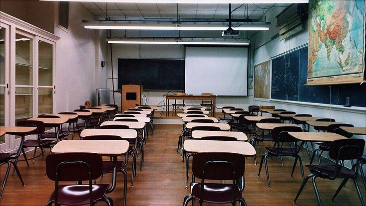 leeres Klassenzimmer mit großer Weltkarte