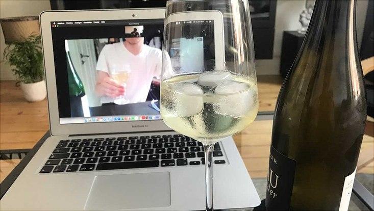 Weinkonsum vor dem Laptop