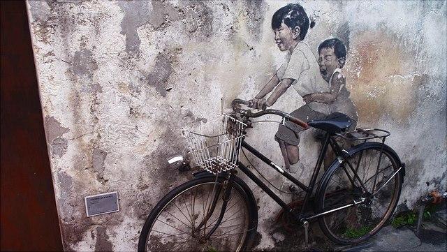 Fahrrad an Wand gelehnt