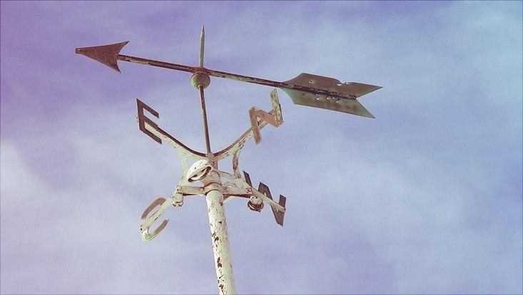 Windrose unter blauem Himmel