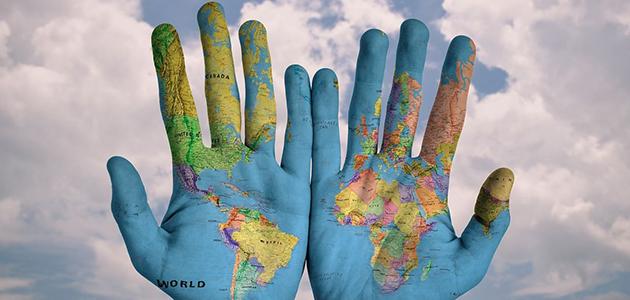 Weltkarte auf zwei Händen