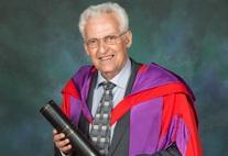 Prof. Dr. Dr. h.c. Elmar Ternes im Talar der Universität Glasgow; die Schriftrolle in der Hand enthält das Original der Verleihungsurkunde