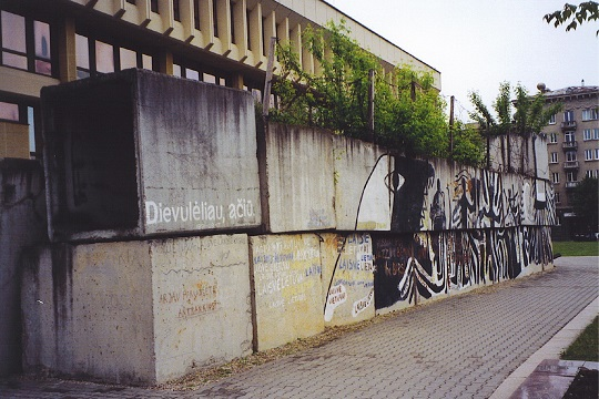 Rest des Blockadewalls um das litauische Parlament in Vilnius