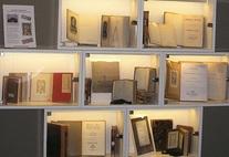 """Regal mit Büchern aus der """"Stiftung Redlich"""""""