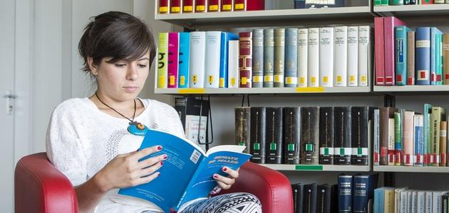Lesende Studentin in der Bibliothek