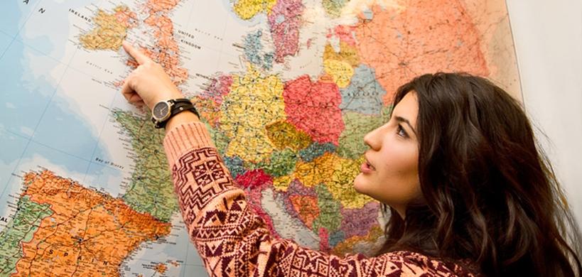 Studentin vor Landkarte