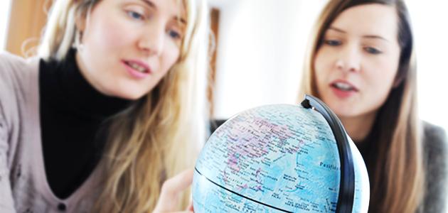 Studierende vor Globus