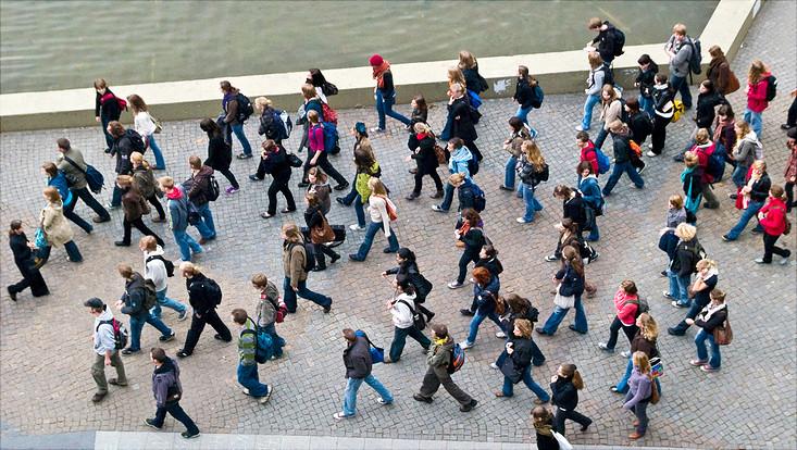 Studierende am Campus-Teich