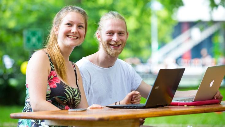 Zwei Studierende lernen