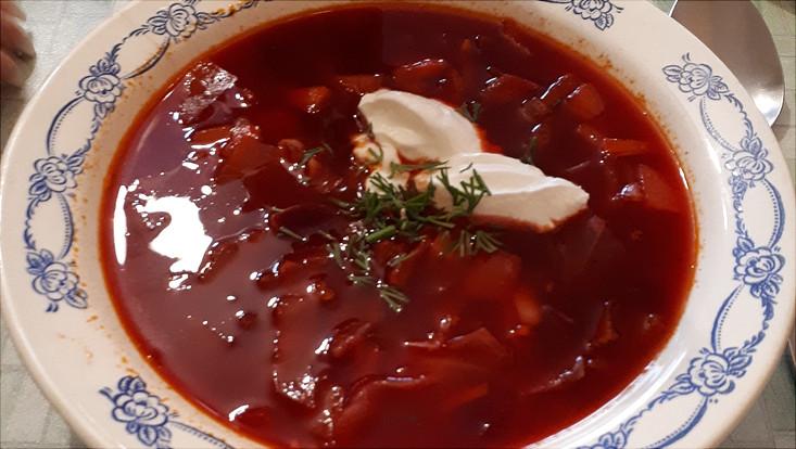 Borschtsch mit Smetana d.h. Rotebete Suppe mit Schmand