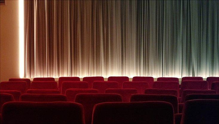 Foto eines Kinosaals von innen