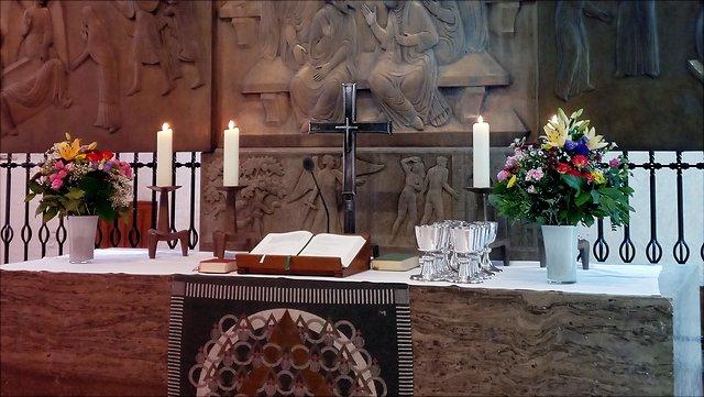 Geschmückter Abendmahlsaltar in der Hauptkirche St. Katharinen; schöne Blumen; Unigottesdienst